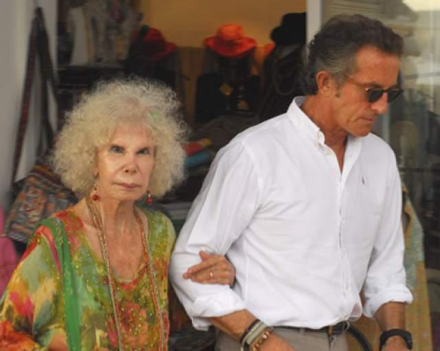 Каэтана Альба (1926-2014) и Альфонсо Диес Карабантес (68). Свадьба 85-летней аристократки и герцогини с ее 60-летним на тот момент женихом состоялась 5 октября 2011 года во дворце Лас Дуэньяс в Севилье.