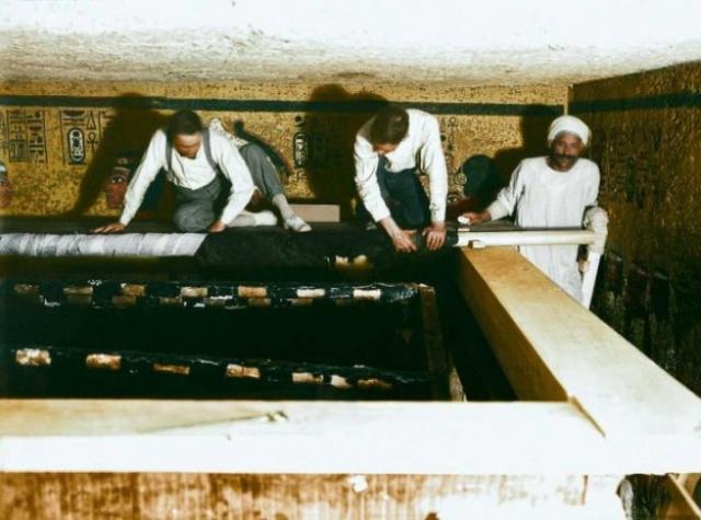Археологам понадобилось еще несколько месяцев, чтобы разобрав последний футляр, добраться до огромного саркофага из желтого кварцита, длина которого превышала 2,5 метра, а крышка весила более тонны.