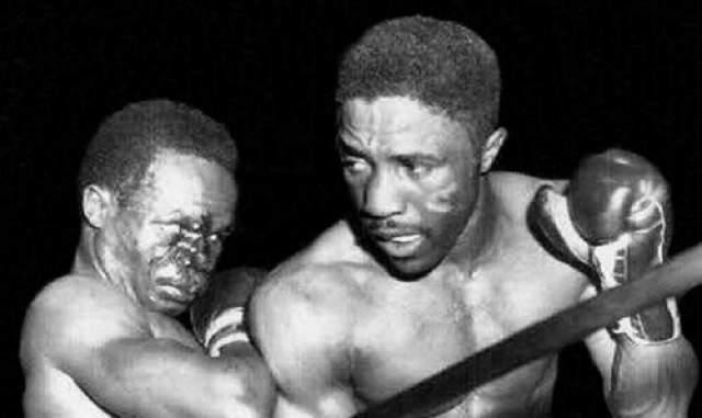 Дэйви Мур - США, скончался 25 марта 1963 года в возрасте 29 лет Для чернокожего бойца по кличке Винтовка из Спрингфилда шестая защита титула абсолютного чемпиона мира в полулёгком весе стала роковой. Поединок Мура с уроженцем Кубы Шугаром Рамосом первоначально был отложен из-за налетевшего на Лос- Анджелес тайфуна. Но 21 марта 1963 года бойцы все-таки сошлись на ринге, именно эта встреча осталась в памяти болельщиков, как бой не на жизнь, а на смерть.