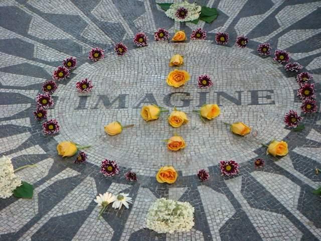 Хотя Джон Леннон и был кремирован, а судьба его праха осталась загадкой, люди толпами посещают Мемориал Strawberry Fields в Центральном парке Нью-Йорка, чтобы отдать ему дань уважения.