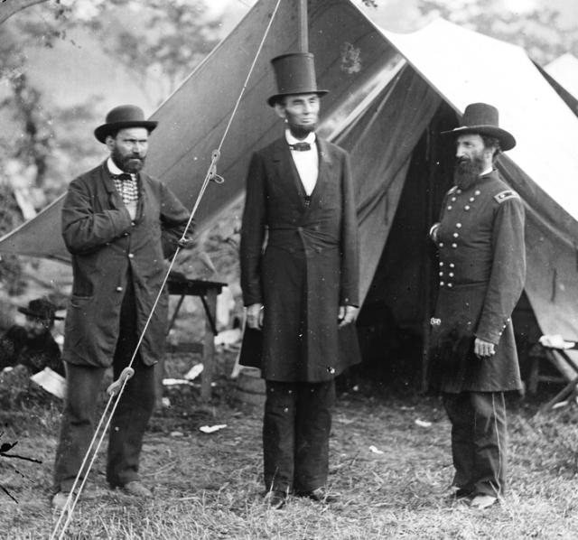 А его предшественник, 16-й президент США Авраам Линкольн всегда носил на голове высокий чёрный цилиндр, внутри которого хранил письма, финансовые бумаги, законопроекты и заметки.