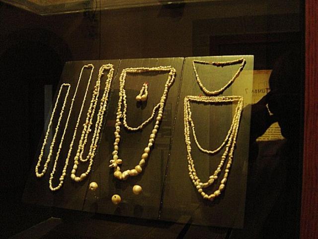 Здесь же были золотые чеканные браслеты, ожерелья из золота и жемчуга, застежки и пряжки из нефрита, бирюзы, янтаря, обсидиана, кораллов.