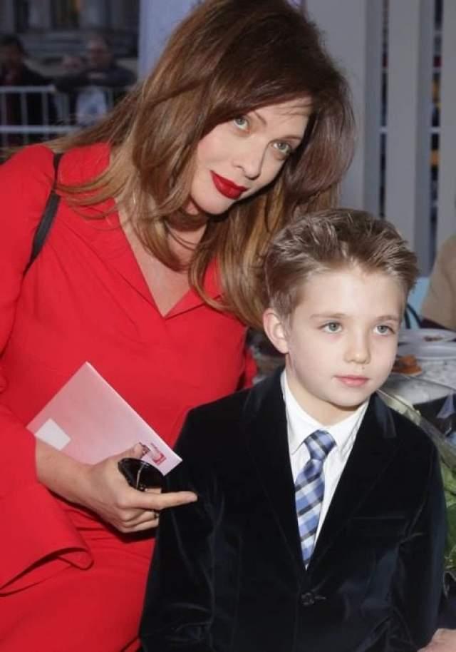 Ольга Дроздова . Стала мамой в 42 года, в 2007 году. Сыну Елисею уже 11 лет. Других детей у Ольги с мужем Дмитрием Певцовым так и не появилось.