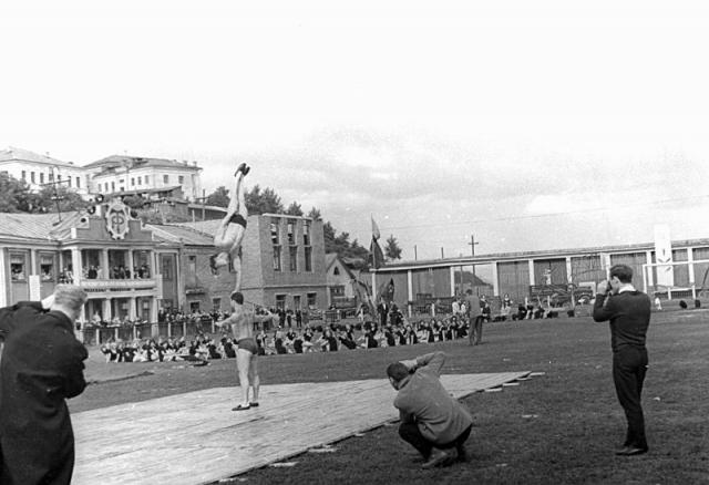 К участию в представлении москвичей готовились и кировские дети - целыми секциями спортшкол, коллективами художественной самодеятельности не раз ездили на стадион репетировать массовые сцены.