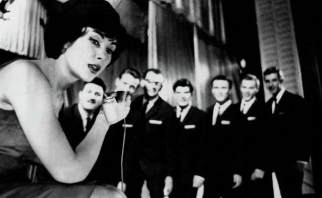 Певица вела себя и на сцене значительно раскованнее коллег по цеху.
