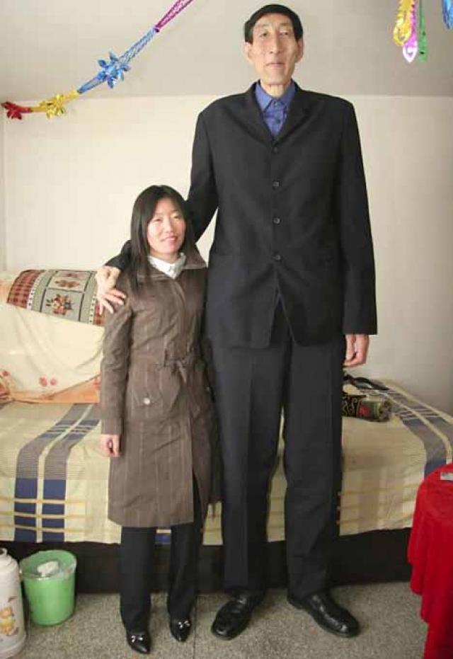 24 марта 2007 года при стечении репортеров сыграл свадьбу с 28-летней продавщицей из Чифэна, женщиной нормального роста.