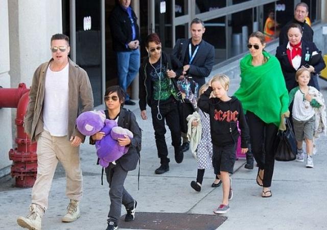 """""""Брэд и Анджелина - очень необычные родители, чтобы не сказать больше. Их семья похожа на коммуну хиппи, так как Энджи не верит в правила. Главное для детей - свобода мнений и самовыражения"""" , - рассказала одна из работавших у них нянь."""