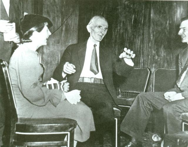 В великого ученого, окруженного ореолом тайны и мистики, влюблялись десятки женщин, но ни одной из них Тесла не ответил взаимностью. Он считал, что семейные отношения станут слишком большим препятствием для научной деятельности.