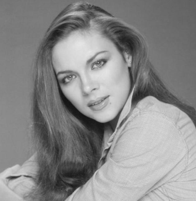 Ким Кэтролл. В 1997 году в возрасте сорока одного года Кэтролл, не особо надеясь на успех, пришла на кастинг сериала о жизни четырех закадычных подружек из Нью-Йорка и получила роль, которая стала для нее судьбоносной.