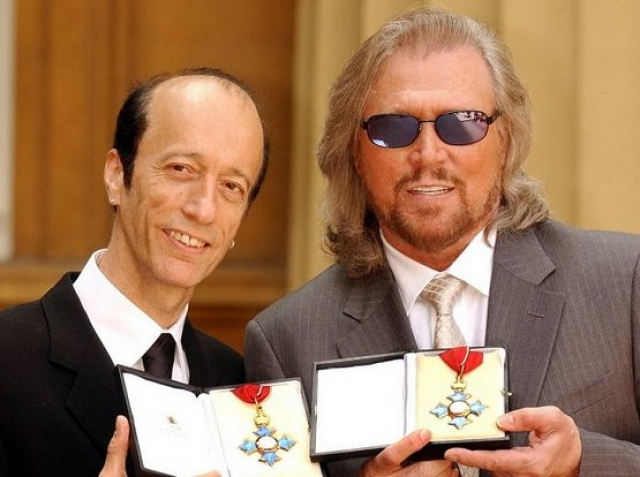Робин Гиббс. Лидера группы Bee Gees папарацци даже не пришлось обличать в том, что он прятал лысину, поскольку до определенного времени она была очевидна.