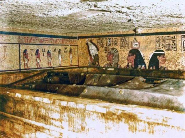 Посреди погребальной комнаты был установлен обитый пластинами из золота и украшенный синей мозаикой огромный футляр, который занимал почти всю площадь камеры и немного не доходил до потолка. Размеры футляра, где находился саркофаг, поражали: длина – 5,11 м; ширина – 3,35 м; высота – 2,74 м. Как выяснилось, всегопогребальных футляров оказалось четыре — один в другом.