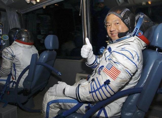 В 2005 году американский астронавт Лерой Чиао , командир МКС, руководил ей в течение шести с половиной месяцев. В один из дней он устанавливал антенны на расстоянии 230 миль над Землей, когда стал свидетелем необъяснимого.