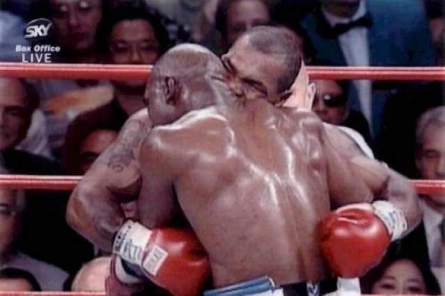 """В конце третьего раунда разряенный Тайсон кусает своего соперника за правое ухо и тут же выплывает небольшой """"кусочек"""" на настил. Поняв, что судья засчитал ему поражение, Майк бросается выяснять отношения с Холифилдом и по пути отправляет в нокдаун полицейского, преграждающего ему дорогу. Общими усилиями боксера все-таки выводят с ринга под оскорбительные выкрики публики, а через несколько дней после боя - лишают боксерской лицензии и оштрафовывают на три миллиона долларов. Только через года с небольшим Тайсону снова разрешат выступать."""