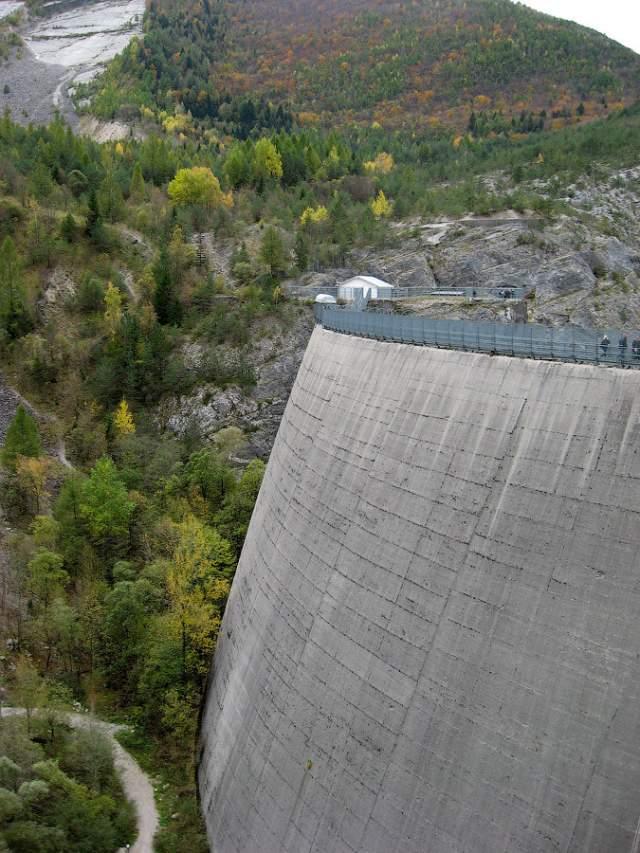 Всего за два года в узком ущелье, через которое текла река Вайонт в долину Пьяве, выросла изящная белоснежная плотина высотой 262 метра и длиной по гребню 190 метров.