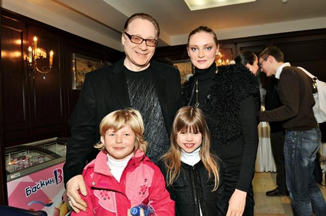 В браке родилась дочка Полина, также Максим удочерил дочь Марины от первого брака.