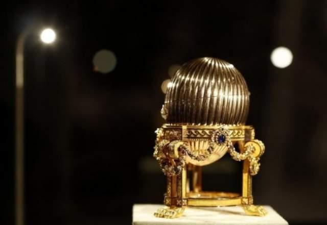 Яйцо Фаберже. Американец на сувенирной ярмарке купил золотую статуэтку в форме яйца за $14 000, надеясь в будущем перепродать его.