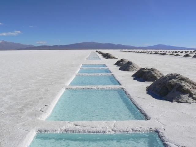 15. Салинас-Грандес, Аргентина Эта соляная пустыня — крупный солончак, длина которого достигает 250 км, а ширина — 100 км. Когда идет дождь, солончак затягивается водой и превращается в гигантское зеркало. Через Салинас-Грандес проходят железные и автомобильные дороги, но он по-прежнему считается труднодоступным, а потому не пользуется такой популярностью у туристов.