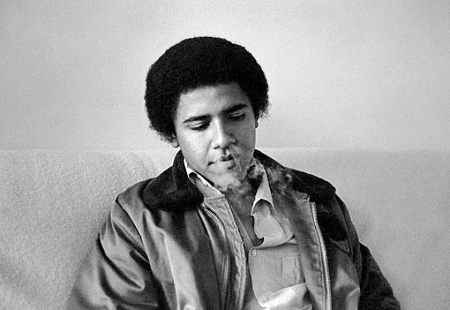 В юности будущий президент пробовал наркотики, марихуану и кокаин. По его словам, он этим совсем не гордится и считает это ошибкой молодости.
