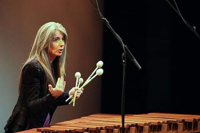 """В 2002 году она выступала в Санкт-Петербурге на фестивале """"Музыкальный Олимп"""", после чего критики отметили, что, если бы у нее было все в порядке со слухом, ее игра все равно """"производила бы ошеломляющее воздействие поразительной тонкостью оттенков и магнетизмом""""."""