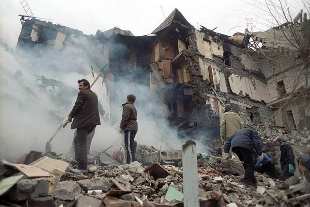 Многие натыкались на руины на месте, где раньше стоял родной дом или была школы, куда утром они отправили детей.