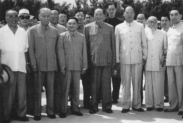 Националисты были разгромлены и сбежали за границу, внутренние враги подавлены, коммунистический Китай обрел наконец свое первое правительство.