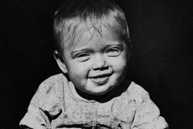 """Свое детство она вспоминает так: """"Я родилась в доме на Исаакиевской площади. Из окон нашей квартиры был хорошо виден собор, а в пяти минутах ходьбы от дома стоял знаменитый Медный всадник, и открывался такой захватывающий душу своей какой-то сверхкрасотой вид на Неву""""."""