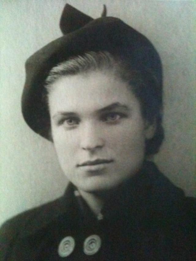 """Нина Васильевна вспоминает, что однажды ее догнал автомобиль, сидящий в котором Саркисов предложил ее подвезти. """"Я вежливо отказалась. Тогда он уже настойчиво посоветовал: """"Все-таки лучше бы вы сели в машину"""", - вспоминает женщина."""