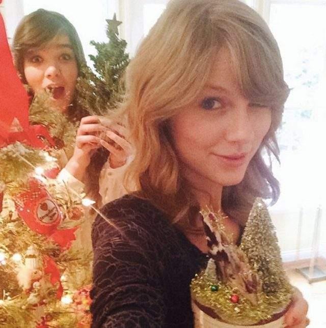 Тейлор Свифт отмечала праздники с семьей и подругами.