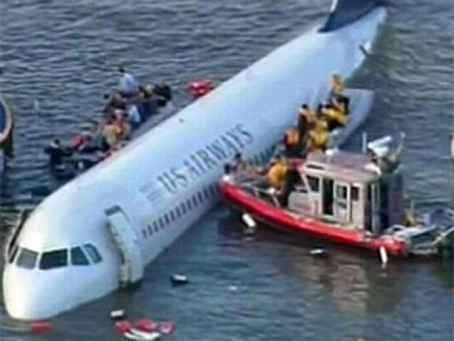 Аквалангисты продолжают поиски пострадавших. С момента начала операции по спасению пассажиров рейса 1549 проходит 12 минут. У спасателей очень мало времени на то, чтобы поднять всех из воды. Самолет тонет. А в нем все еще могут находиться люди.
