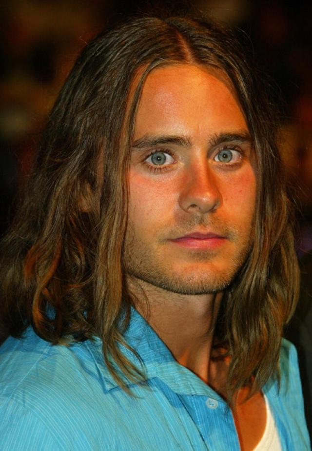 У него и длинные волосы…