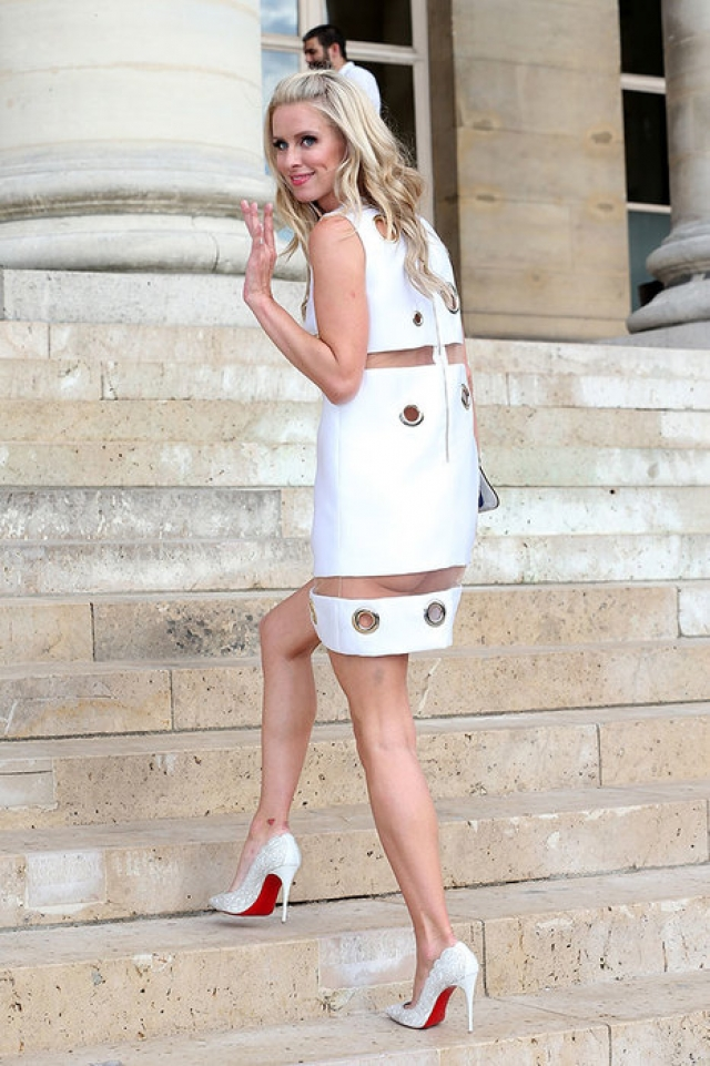 Ники Хилтон. Платье сестры Пэрис несколько длиннее, но коварная прозрачная вставка делает видимыми даже ее ягодицы.