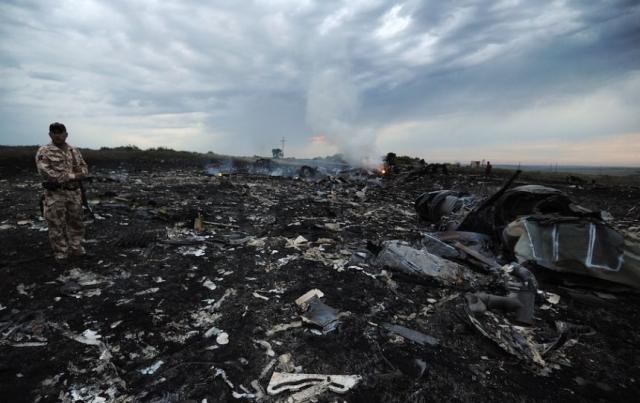 Ополченцы, в свою очередь, обвиняют украинских военных. В СНБО Украины выдвинули версию, что Боинг был сбит с территории России. Также существует версия, что самолет был взорван в небе с помощью заложенной на борту бомбой.