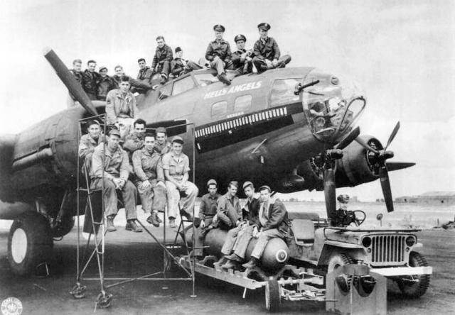"""По легенде, размещенной на официальном сайте мотоклуба, в годы Второй мировой войны а американских ВВС существовала 303-я эскадрилья тяжелых бомбардировщиков с названием """"Hell's Angels"""". После окончания войны и расформирования подразделения летчики остались без работы."""