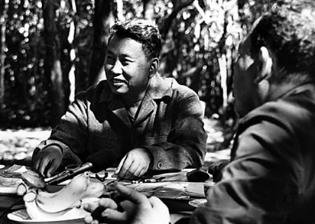 """Он укрепился на секретной базе с кучкой своих верных последователей и создал Национальный Фронт Освобождения Кхмерского Народа. """"Красные кхмеры"""" организованно отступили в джунгли на границе с Тайландом, где осели на два десятилетия."""