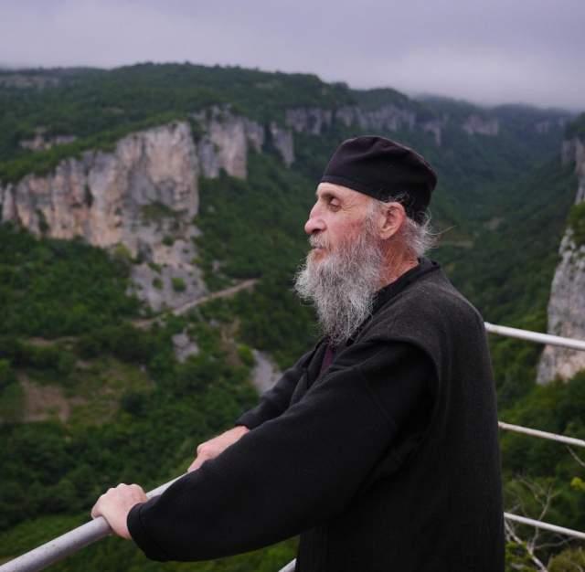 Как говорит сам Максим, отшельничество — это расплата за прежние грехи. Раньше монах много пил, занимался продажей наркотиков, за что и угодил в тюрьму. После выхода на свободу он переосмыслил свою жизнь и обратился к Богу.