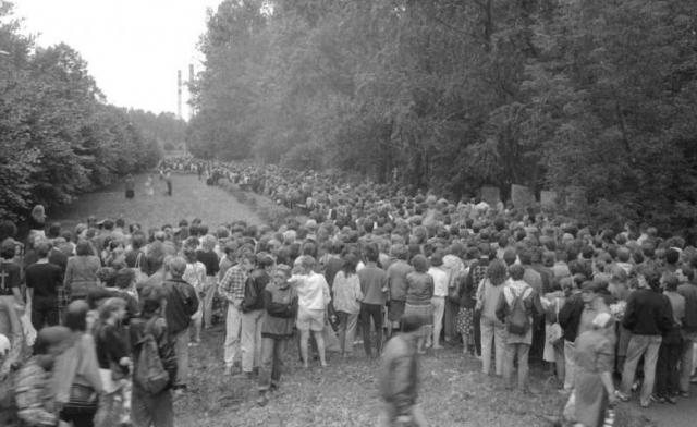 Тысячи человек пришли на похороны Виктора.