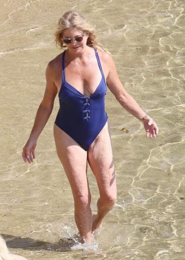 Голди Хоун 74 и она беззаботно веселится на пляже.