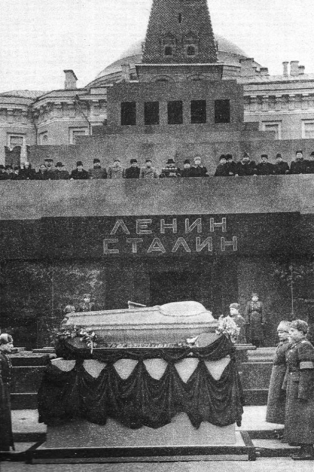 Через 10 лет вождей разлучили, Сталин был похоронен. Позже и вывеска на входе была возвращена к первоначальному виду.