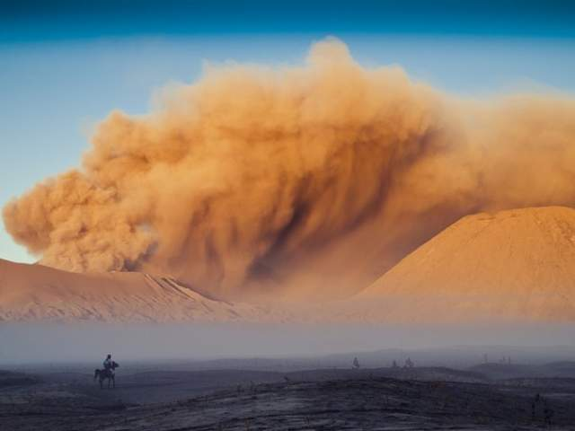 Песчаная буря. Впечатляющее, но чрезвычайно опасное явление природы, вызванное сильнейшим потоком воздуха. Попав в бурю, можно погибнуть, наглотавшись песка.