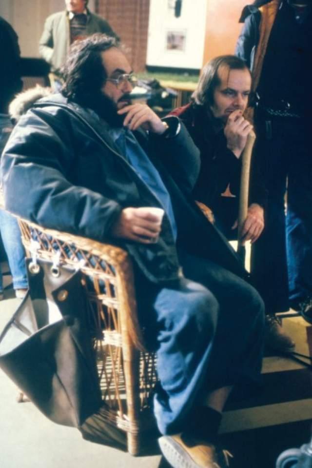 32. Уэнди Карлос и Рейчел Элкинд написали электронный саундтрек к фильму, который практически полностью был отвергнут Кубриком. Из их саундтрека в фильме сохранились только музыка на начальных титрах и ещё несколько незначительных элементов по ходу действия фильма.