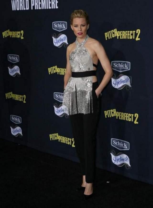 """Американская актриса Элизабет Бэнкс (45) на премьере фильма """"Идеальный голос 2"""" выгуляла топ из занавески Marchesa из осенней коллекции-2015."""