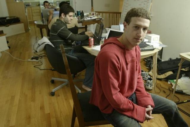 В марте 2004 года аудитория Facebook была расширена до Стэнфорда, Колумбийского университета и Йеля.
