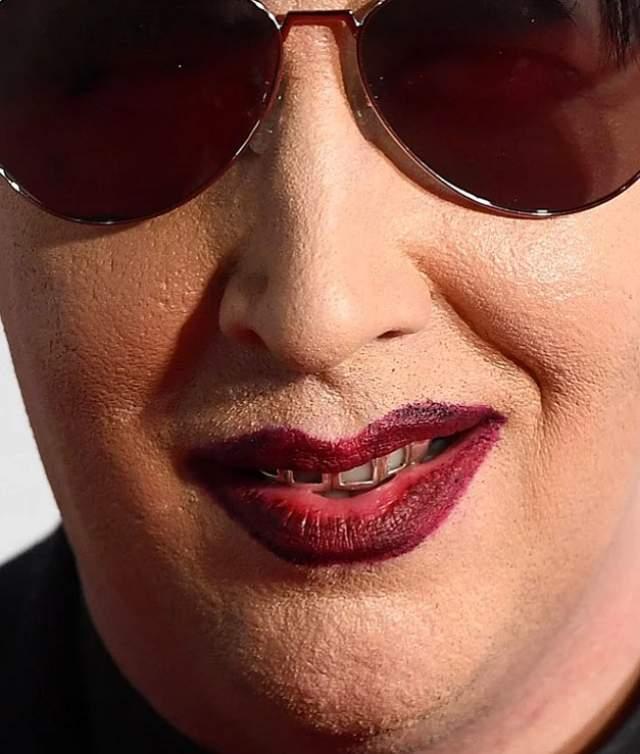 Мэрилин Мэнсон использует не только яркую косметику для макияжа, но и тональные средства, чтобы скрыть несовершенства кожи.