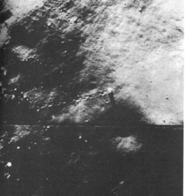 Объект меньшего размера на этом снимке, тот, что проделал более длинную дорожку, каким-то образом поднялся из кратера, прежде чем продолжить путь вниз по склону.