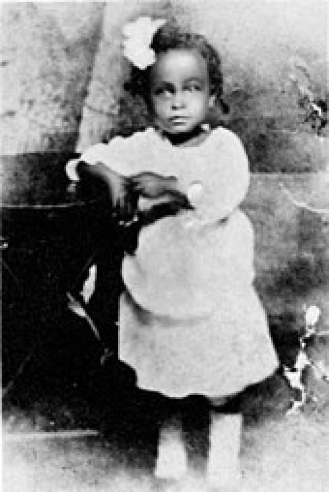 Билли Холидей. Элеонора Фейган (настоящее имя звезды джаза) родилась 7 апреля 1915 года в Балтиморе. Ее родители, Сэди Фейган и Клэранс Холидей, родили ее, когда еще сами были детьми: Сэди было 13 и она работала служанкой в доме белой семьи.