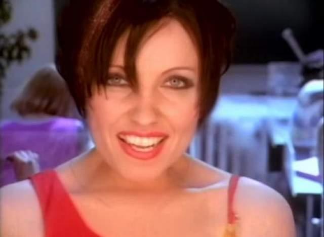 """Сделана Рерих Во второй половине 90-х, когда вышли главные ее хиты - """"Ладошки"""" и """"Дай мне музыку"""", Светлана в свои 25 лет проснулась знаменитой. Однако после того, как между певицей и продюсером разгорелся конфликт, для Рерих наступили трудные времена."""