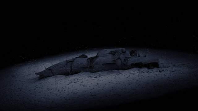 При подсеем подлодка разломилась надвое, но несколько ее отсеков удалось доставить на одну из баз ВМФ США. Во время их обследования были обнаружены тела шестерых советских подводников. Американцы отдали погибшим воинские почести и похоронили погибших подводников в море. На фото: подводная лодка К-129 на дне