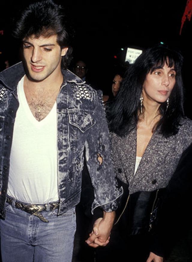 Шер. В начале 90-х темой номер один была личная жизнь певицы, предпочитавшей молодых бойфрендов. Первым в ее списке стал 22-летний пекарь Роб Камилетти, с которым Шер познакомилась, когда ей было 40.