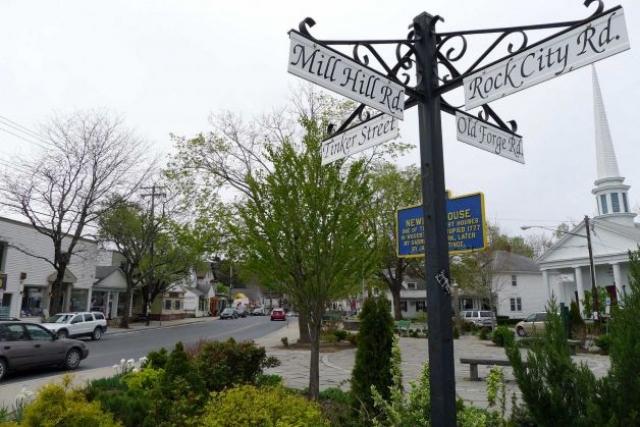 """Фестиваль назывался """"Вудсток"""", потому что изначально планировалось провести его в городе Вудсток (Нью-Йорк) округа Ольстер, однако у города не оказалось подходящей территории для такого события, из опасений, что прибудет более миллиона зрителей."""