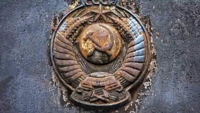 """Всем знакомый герб Советского Союза появился в 1923 году: на нем были изображены серп и молот на фоне земного шара, в лучах солнца и в обрамлении колосьев, с надписями на языках союзных республик """"Пролетарии всех стран, соединяйтесь!"""". Мало кто знает, что количество надписей зависело от количества республик в составе СССР, также как количество звезд на флаге США соответствует количеству штатов."""